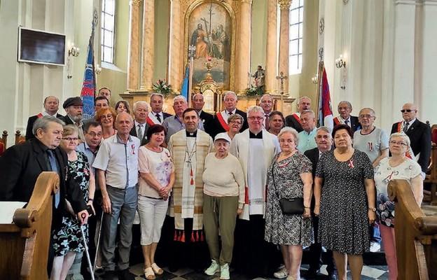 Grupa osób internowanych i represjonowanych odnowiła akt zawierzenia Sercom Jezusa i Maryi