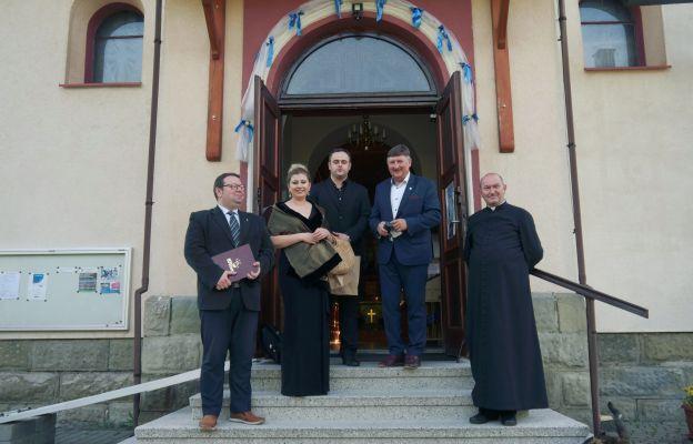 Łukasz Romanek i Joanna Zawartko z wójtem, proboszczem i P. Seligmanem.
