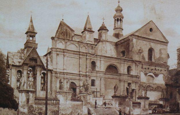 Fotografia z pocz. XX wieku przedstawiająca kościół jezuicki pw. św. Jana
