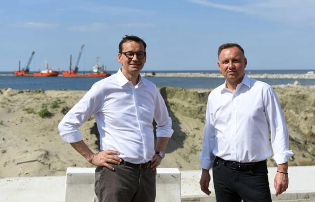 Prezydent Andrzej Duda oraz premier Mateusz Morawiecki podczas wizyty na terenie przekopu Mierzei Wiślanej w Skowronkach