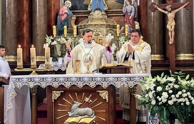Dziękczynienie rozpoczęto od uroczystej Mszy św. w kościele parafialnym