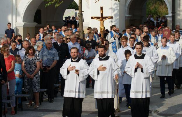 Rozpoczęciu odpustu towarzyszyła również pielgrzymka strażaków, policji i orkiestr dętych