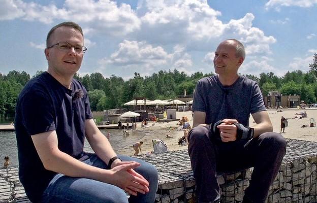 Podczas nagrania z ks. Konradem Kościkiem (z prawej), wicerektorem WSD w Częstochowie