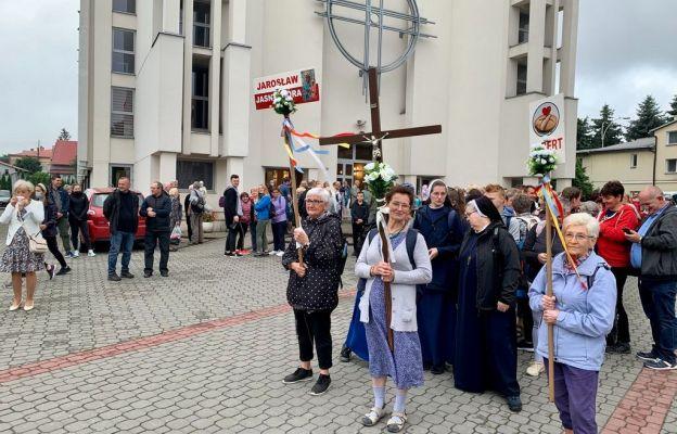 Pielgrzymi wychodzący z Jarosławia