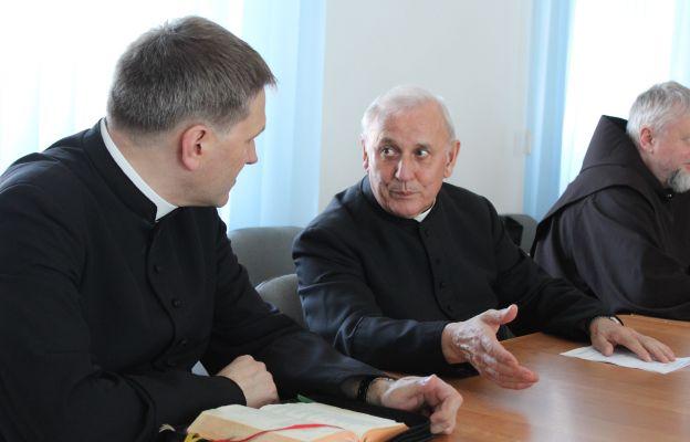 Ks. Mirosław Rakoczy i ks. Franciszek Skwarek to dwaj z ponad dwudziestu spowiedników katedralnych.