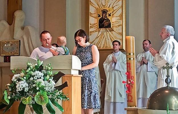Nauka czytania przy ołtarzu na rękach taty – tak to się robi w Domowym Kościele