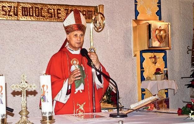 Bp Bronisław Bernacki z Odessy podczas bierzmowania w Lubiczu