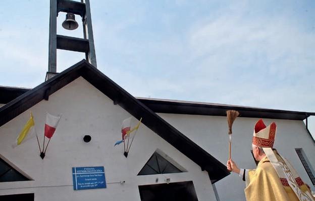 Poświęcony przez abp. Andrzeja Dzięgę dzwon będzie przypominał wiernym o Bożej Obecności