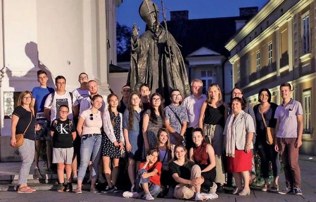 Przedstawiciele Kościoła Młodych, Odnowy w Duchu Świętym i Liturgicznej Służby Ołtarza z ks. Krzysztofem Sordylem w Wadowicach