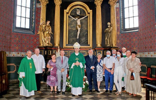 Bp Grzegorz Kaszak z osobami bezpośrednio zaangażowanymi w remont kaplic