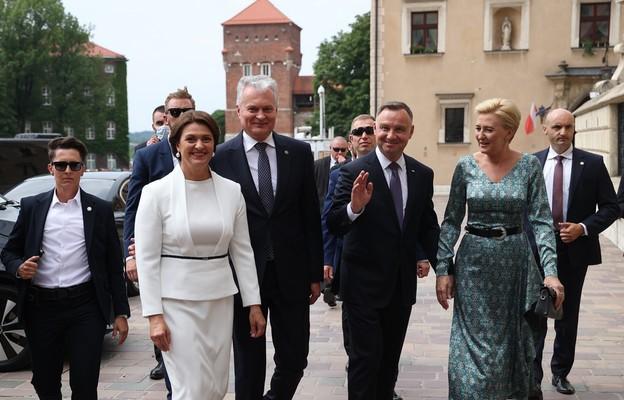 Prezydenci Litwy i Polski obejrzeli dzwon Zygmunt i modlili się na Wawelu