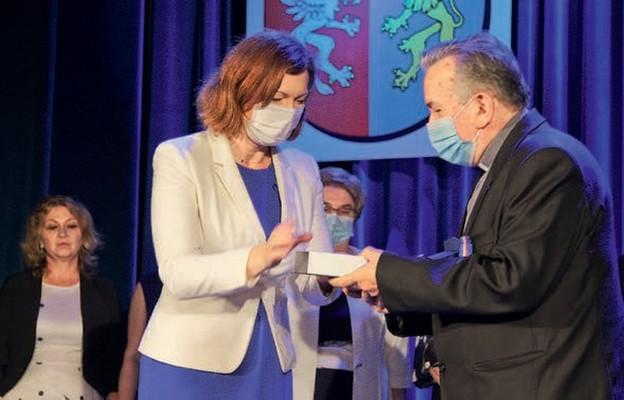 Ks. Mieczysław Gniady odbiera nagrodę
