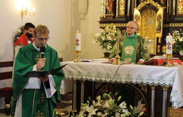 Ks. Rafał Chudy podczas liturgicznego wprowadzenia na urząd nowego proboszcza