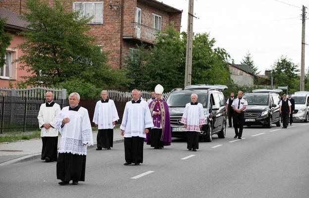Pogrzeb ofiar strzelaniny w Borowcach pod przewodnictwem bp Andrzeja Przybylskiego