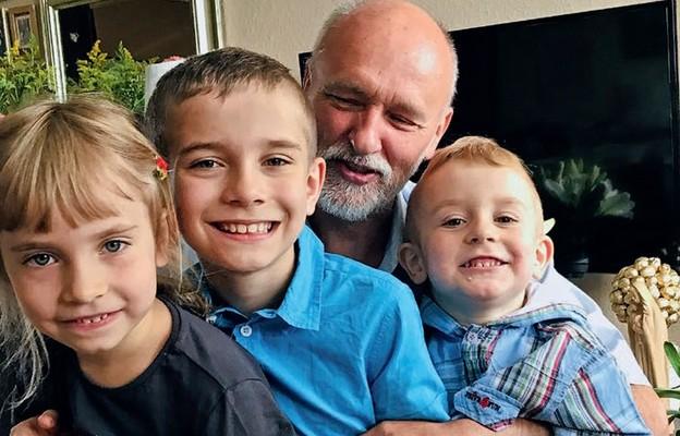 Dzieci w wieku przedszkolnym i szkolnym są bardziej związane z dziadkami niż w okresie dorastania