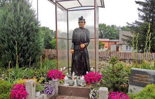 Figura bł. o. Jordana przy kościele w Krzywinie