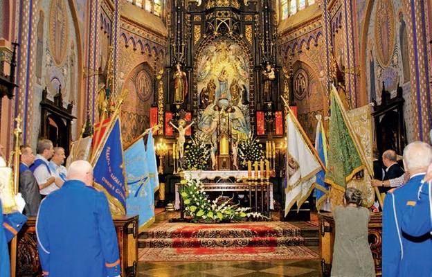 Przed ołtarzem ze słynącą łaskami figurą Matki Bożej Anielskiej