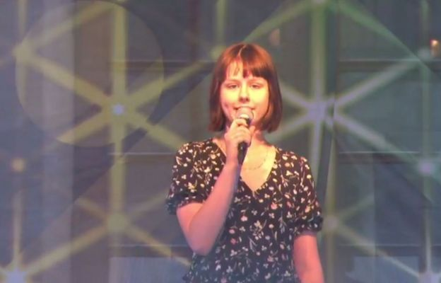 Jedna z artystek śpiewających w Voicesing na pierwszym koncercie.