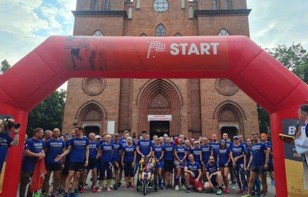 Biegacze wyruszają na pielgrzymi szlak z Sanktuarium Matki Bożej Chojeńskiej w Łodzi