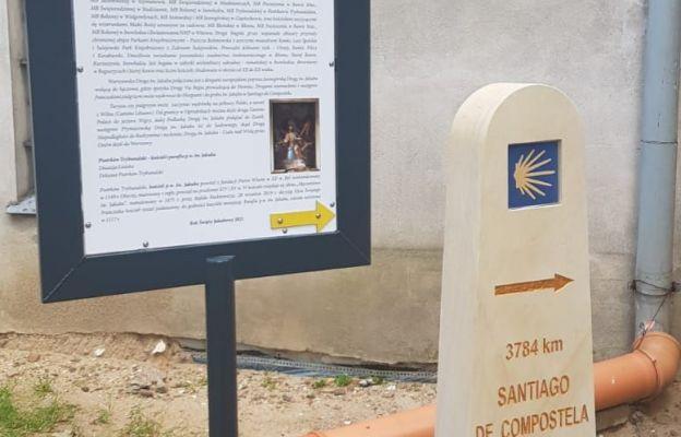 Słupek ze znakiem camino - drogi do grobu św. Jakuba