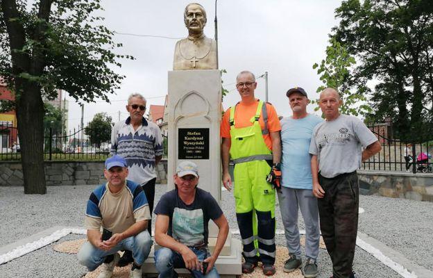 Ks. Daniel Marcinkiewicz z pomocnikami, po zakończeniu prac przy pomniku kard. Wyszyńskiego