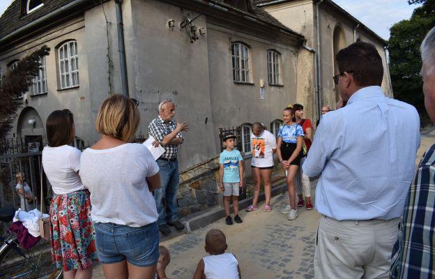 Przed łęczyńską synagogą
