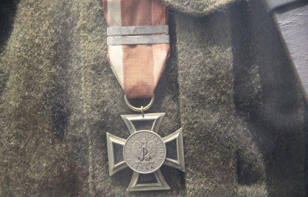 Krzyż Powstańczy – nieformalne odznaczenie nadawane w czasie powstania warszawskiego, wykonane ze zdobytych niemieckich krzyży walecznych. Do nich doklejano polską monetę, na której ryto znaczek Polski Walczącej oraz datę 1944