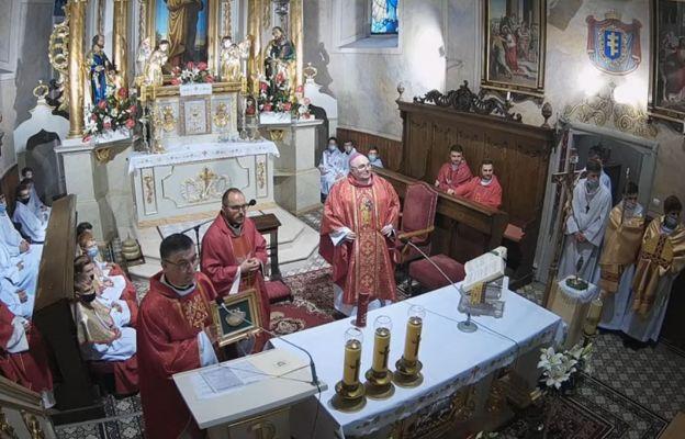 Ks. Krzysztof Moskal na odpuście z muszlą św. Jakuba.