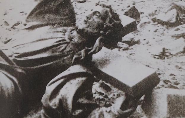 Po detonacji figura Chrystusa upadła na ulicę, ręką wskazując na napis na cokole: Sursum corda. Wrzesień 1944 r.