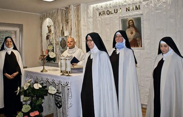 Ks. Mariusz Karaś z siostrami w kaplicy zakonnej