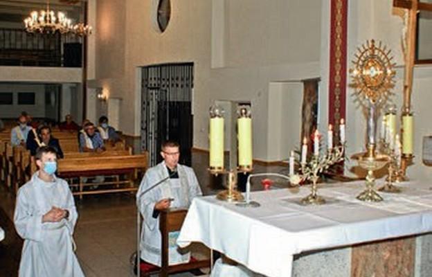 Ks. Jacek Zdrach prowadzi modlitwę różańcową