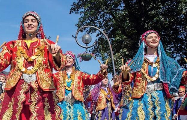 Festiwal to barwne spotkanie z tańcem i śpiewem
