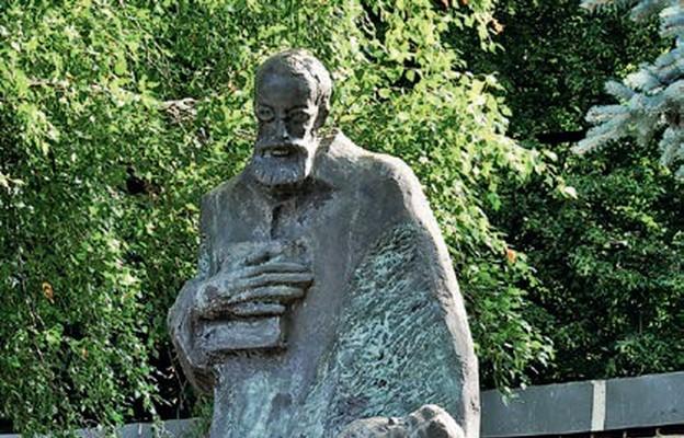 Figura bł. Bojanowskiego przy sanktuarium