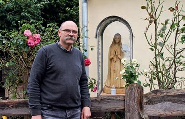 Autor wraz z wykonaną przez siebie figurą Matki Bożej, przed domem w Rzeplinie