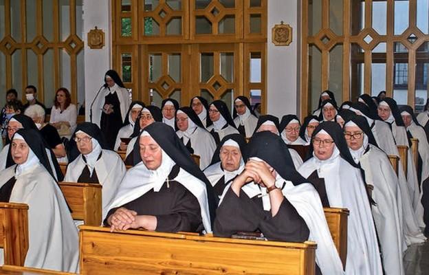 Modlitwa w kościele zakonnym sióstr Karmelitanek