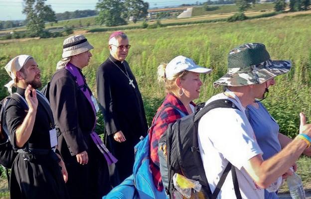 Biskup wśród pielgrzymów