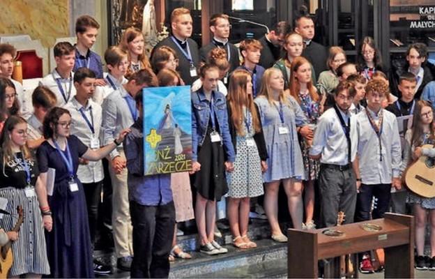 Młodzi biorący udział w rekolekcjach w Zarzeczu