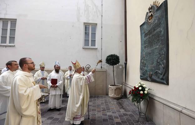 Metropolita częstochowski abp Wacław Depo podczas poświęcenia tablicy upamiętniającej