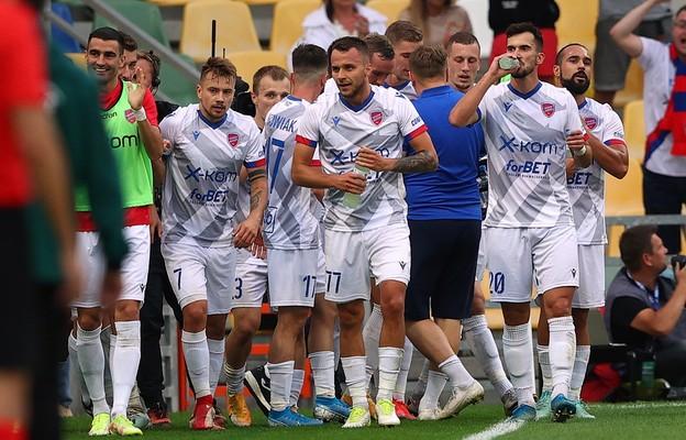 Radość zawodników Rakowa Częstochowa ze zdobytej bramki podczas pierwszego meczu 4. rundy eliminacji piłkarskiej Ligi Konferencji z KAA Gent, na Stadionie Miejskim, 19 bm.
