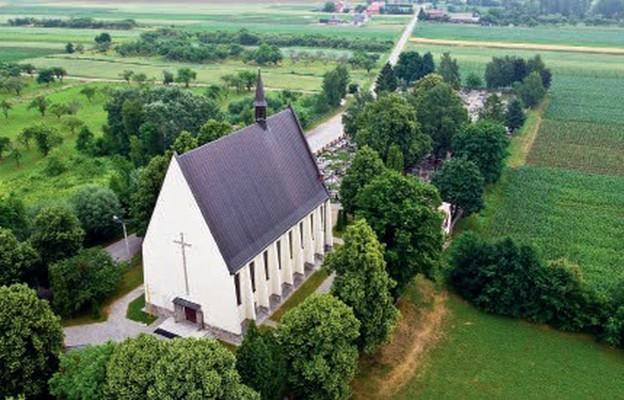 Widok z lotu ptaka na kościół parafialny