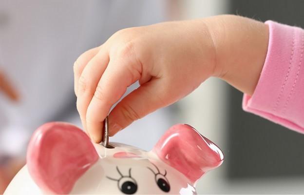 Pieniądze w rękach dziecka