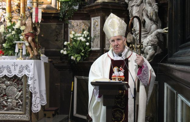 bp Ignacy Dec podczas uroczystości w katedrze świdnickiej