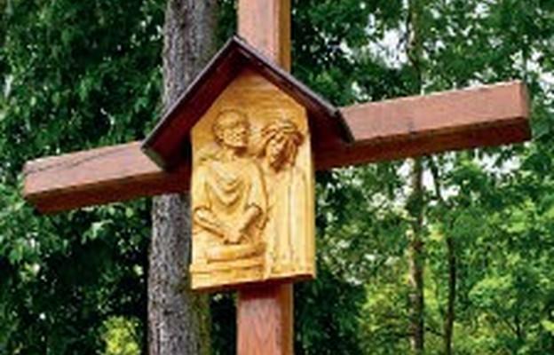 Droga krzyżowa wśród modrzewi