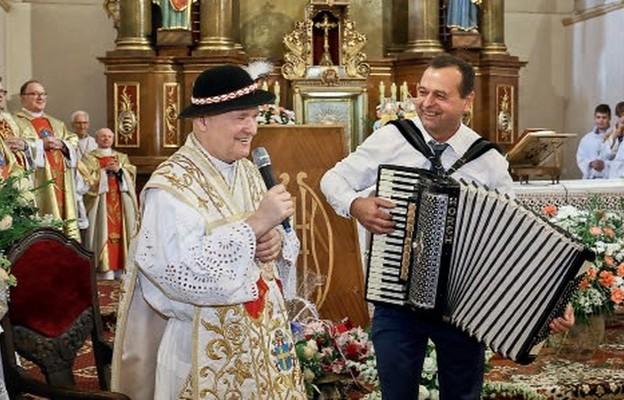 Na pożegnanie ks. Jan zaśpiewał przybyłym jedną z ludowych pieśni góralskich
