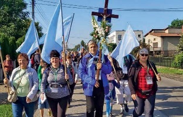 Pielgrzymi z grupy błękitnej w drodze do Maryi
