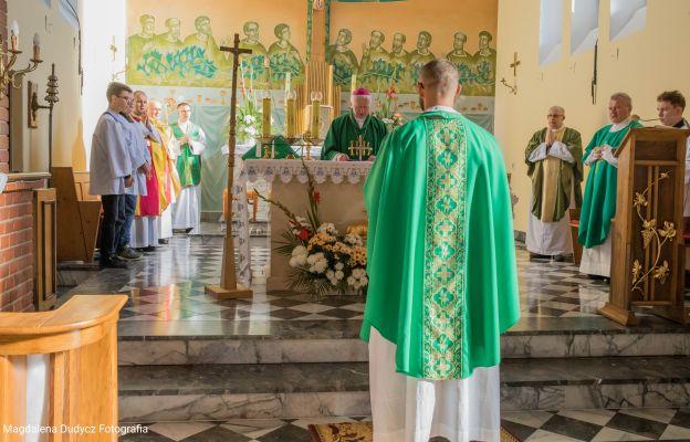 ks. Rafał składa śluby wobec abp. Adama Szala