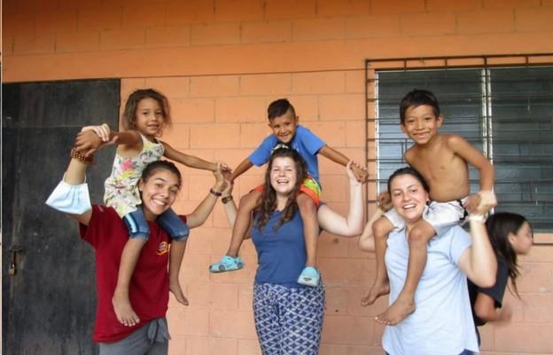 Joanna Błasiak (w środku) służy w Salwadorze