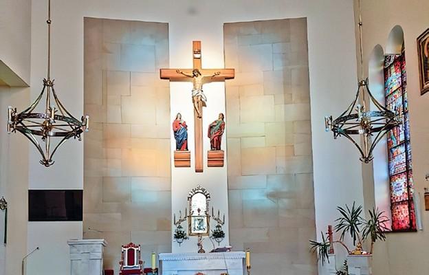 W ołtarzu głównym swoje miejsce znalazł odnowiony, cudowny krzyż z kapliczki