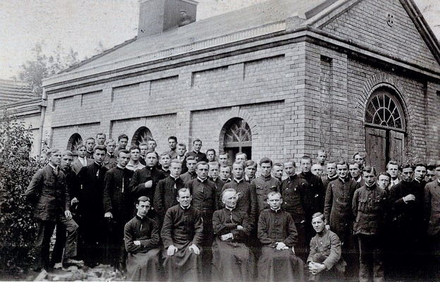 Pierwsi klerycy łódzkiego seminarium przed nowo wybudowaną kaplicą