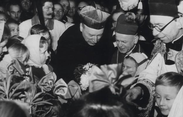 Prymas Wyszyński wraz z bp. Teodorem Benschem wśród dzieci (Szczecin, 30.11.1957 r.)